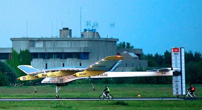 SolarImpulse_HB-SIA_landing_Brussels_Airport_3-crop